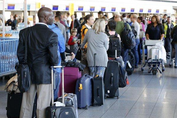 Čakajúci pasažieri počas štrajku pilotov (9. septembra 2015).