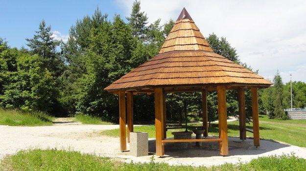 Obnovený vrt s altánkom sa nachádza za tamojším futbalovým štadiónom, v pozadí sa začína lesopark Búroš.