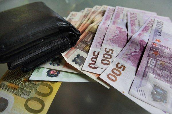 Ako sa zníženie ceny odrazí v peňaženkách, zatiaľ regulátor nechcel povedať.