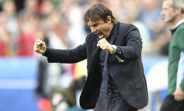 Behá popri čiare, je emotívny. Antonio Conte patrí medzi najlepších trénerov na EURO.