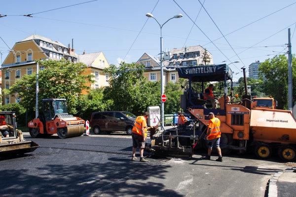 Posledné úpravy na Hroboňovej ulici.