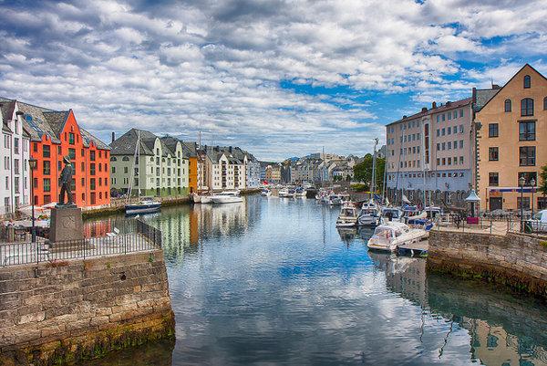 Nórske mesto Alesund je slávne najmä pre secesnú  architektúru. Má tiež dlhoročnú tradíciu stavania svätojánskej vatry.