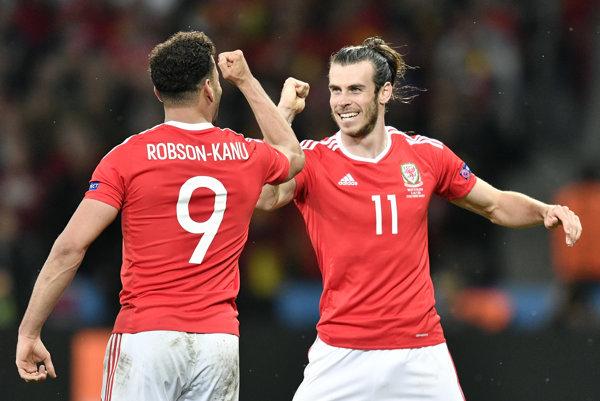 Autor víťazného gólu Hal Robson-Kanu (vľavo) oslavuje so spoluhráčom Garethom Balom.
