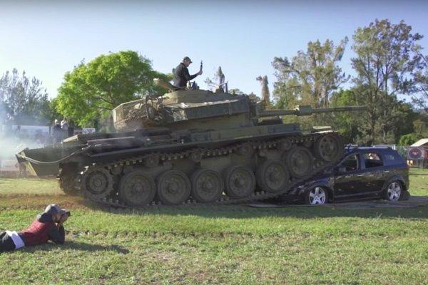 Nespoľahlivý Dodge Journey čelil britskému tanku Centurion