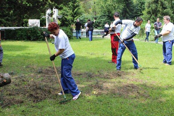 Park pred úradom práce vyčistili a presvetlili dobrovoľníci.