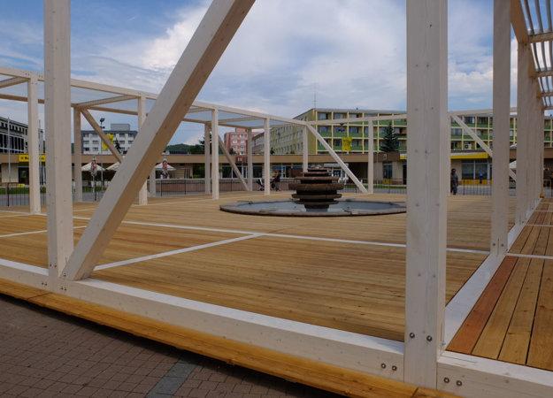 Konštrukciu dokončili, chýba už len nábytok, osvetlenie a kontajnerová zeleň.