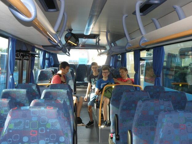 V nových autobusoch si komfort cestovania vyskúšali študenti z prievidzských škôl.