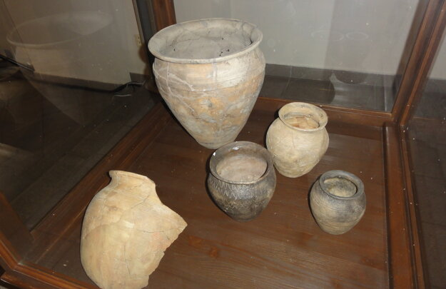 Veľkomoravská keramika z Bojnej a Nitry - Chrenovej z 9. a 10. storočia.