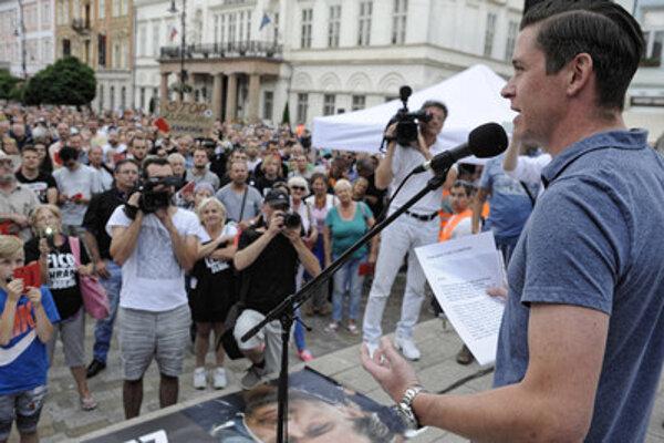 Asistent poslanca Jozefa Rajtára (SaS) Filip Rybanič sa prihovoril Košičanom na proteste proti mafiánom vo vláde na Hlavnej ulici.