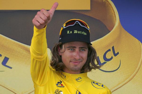 Historický moment. Peter Sagan si obliekol na Tour de France žltý dres pre lídra pretekov.