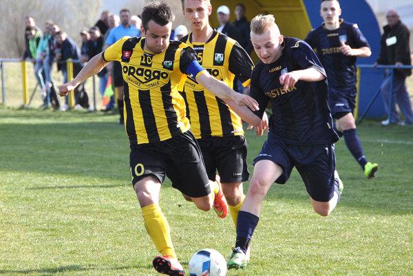 Oravské Veselé (v žltom) vyhralo oba zápasy sezóny proti Trstenej (v tmavých dresoch).