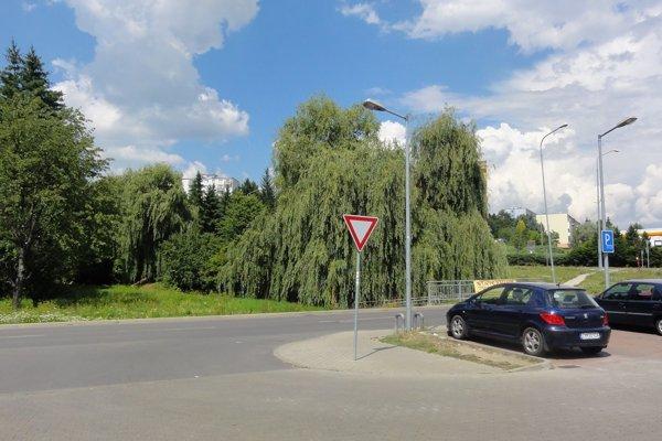 Zastavať prevádzkami obchodu aslužieb sa majú zelené plochy oproti Lidlu.