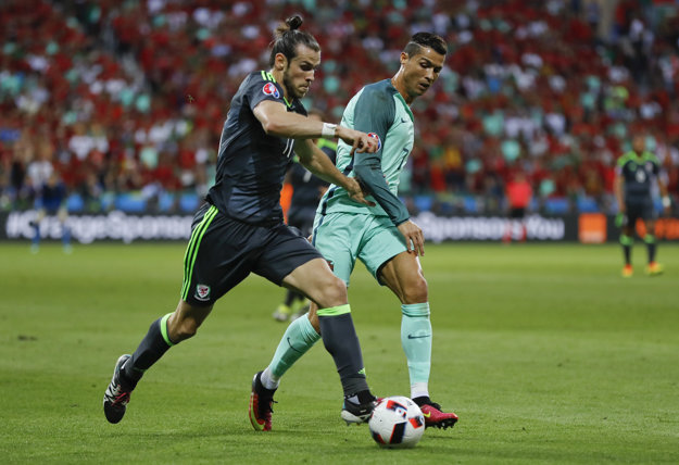 Zápas je aj súbojom dvoch najdrahších hráčov sveta - Garetha Bala (vľavo) a Cristiana Ronalda.