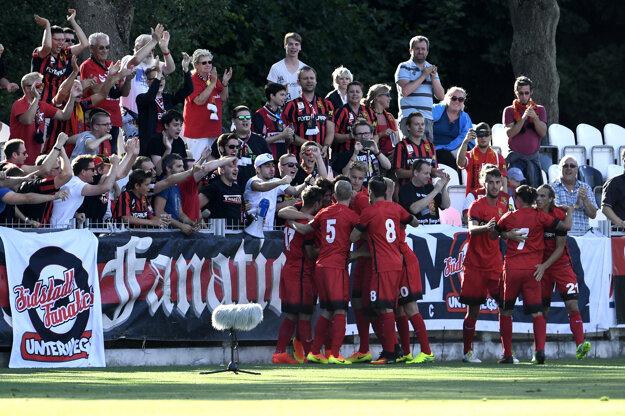 Hráči Admiry oslavujú gól.