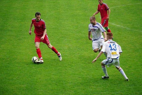 K hráčom Lieskovca (v bielom) a H. Nemiec pribudli do V. ligy aj Dobrá Niva a Krupina.
