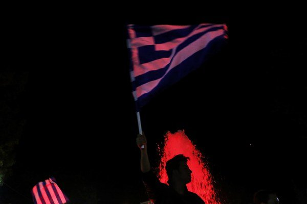 Gréci v nedeľu hlasovali o reformách; jednoznačne ich odmietli, krajine tak hrozí, že príde o euro. Napriek tomu Gréci výsledok v uliciach Atén a iných miest oslavovali.