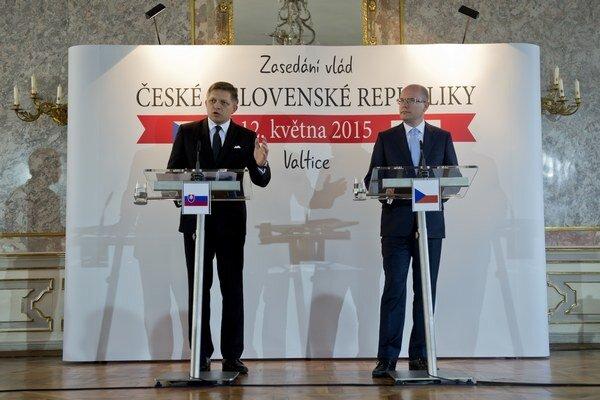 Slovenský premiér Robert Fico (vľavo) a český premiér Bohuslav Sobotka.
