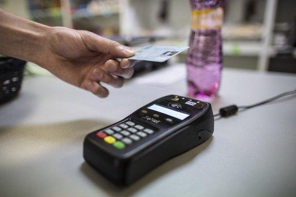 Na Slovensku sú asi dva milióny kariet, s ktorými sa dá platiť bezkontaktne.