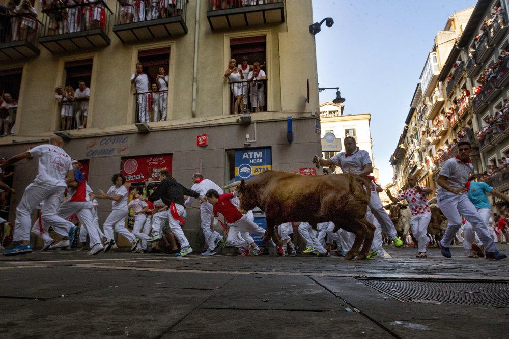 Počas behu ulicami mesta sa  bežci snažia býkov rozdráždiť a zároveň sa im vyhnúť.