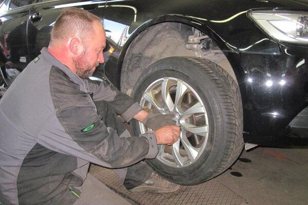 Letné za zimné pneumatiky aktuálne menia hlavne vodiči smerujúci na sever Slovenska a do hôr.