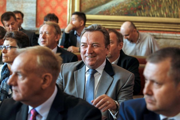 V strede snímky primátor mesta Liptovský Mikuláš Ján Blcháč počas stretnutia premiéra Roberta Fica so starostami a primátormi dolného Liptova v júni 2015.