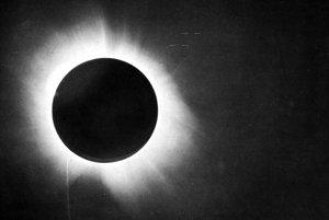 Snímka zatmenia Slnka vytvorená pri pozorovaní 29. mája 1919 počas expedície Arthura Eddingtona