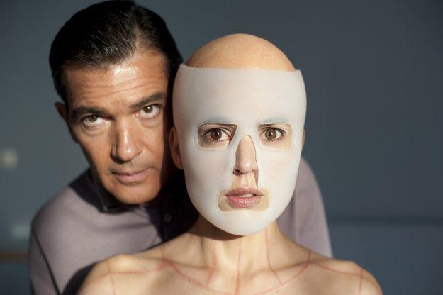 Duo Pedro Almodóvar a Antonio Banderas stále funguje. Naposledy vo filme Koža, v ktorej žijem.