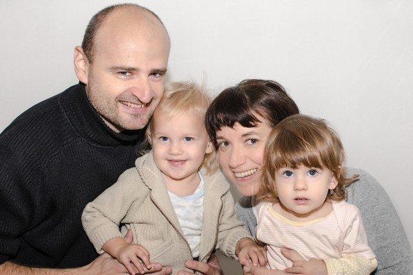 Manželia Michal a Angela Hefty s dvojičkami