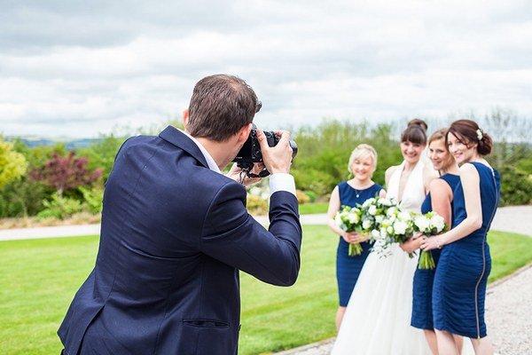 Spoločensky vhodne musia byť oblečení aj tí, ktorí sa na príprave svadby podieľajú – svadobní profesionáli.