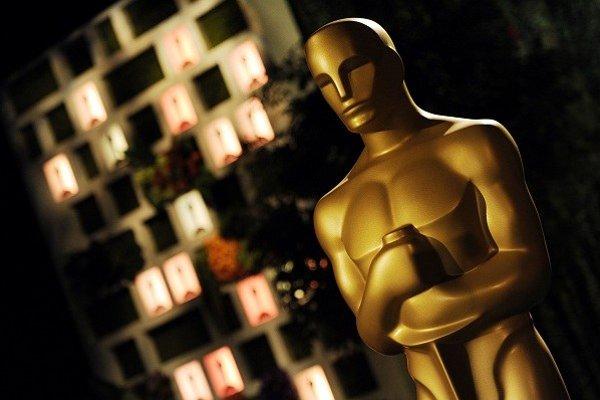 Soška zosobňuje vysoké hodnotenie americkej Akadémie filmových umení a vied. Meria 34 cm, váži 3,8 kg a pozlátená je 24-karátovým zlatom po celom povrchu.