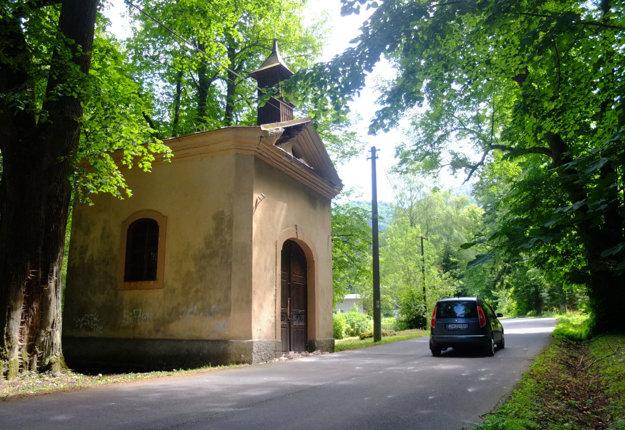 Popri kaplnke prechádzajú denne stovky áut.