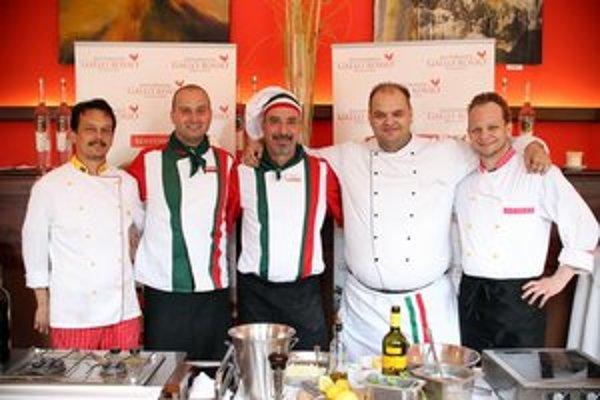 V reštaurácii nájdete taliansky aj slovenský personál. Šéfkuchármi sú Slovák Andrej Tomovič (druhý zľava) a Talian Pino Ritaccio (v strede).