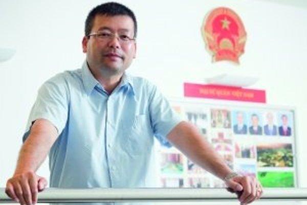 Viet Nguyen (1966) - Prišiel na Slovensko v roku 1982 v rámci medzinárodnej dohody medzi socialistickými krajinami. V Bánovciach nad Bebravou vyštudoval strednú, v Prešove vysokú školu, odbor sociálna pedagogika. V 1986 zložil skúšky z českého jazyka, dne