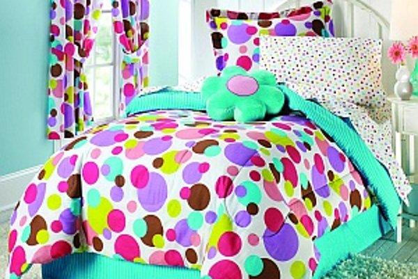 Pestrofarebný bodkovaný dezén mávýstižnú prezývku lentilkový a už na prvýpohľad dokáže v izbe v podobe posteľnejbielizne vytvoriť dobrúnáladu.