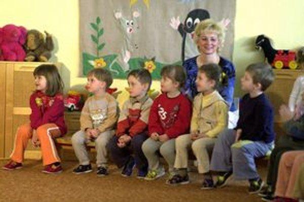 Malé deti sa neučia, hrajú sa v druhom jazyku.