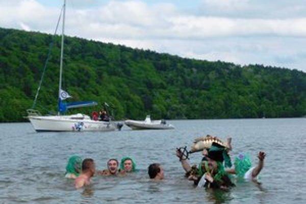 Odomykanie Domaše. Vodu oficiálne odomkli členovia valkovského vodníckeho stavu.