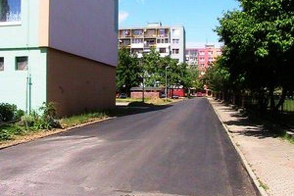 Zrekonštruovaná cesta pri ZŠ Bernolákova.