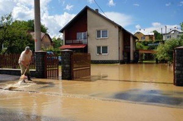 Prívalová voda zaliala domy a pozemky v Kamennej Porube.