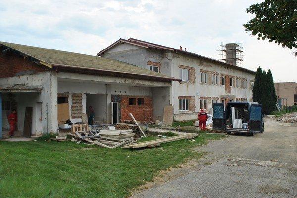 Objekt budúcej bytovky. Panuje na ňom stavebný ruch.