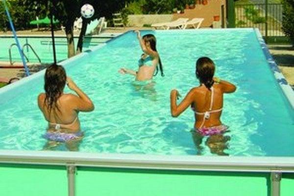 Vodu do bazéna dovezie v cisterne vodárenská spoločnosť.