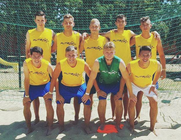 Bronzový BSC Futbalshop. Stoja zľava Fábry, Križan, Fabiš, Šípoš, Záhon, dolu Šurnovský, Homola, Macho a Bédi.