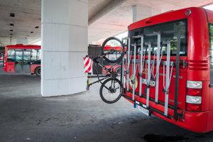   Na Devín cez víkendy premáva autobus s nosičom bicyklov.