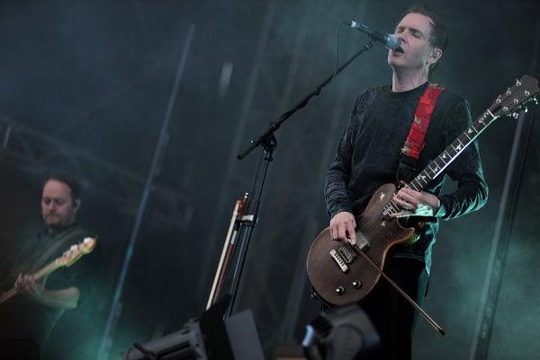 Spevák Jónsi predviedol typickú hru slákom na elektrickú gitaru.