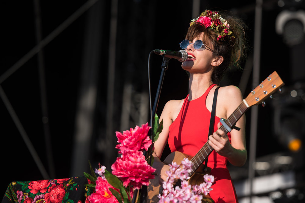 Červené pery, kvety vo vlasoch a nádherný spev.