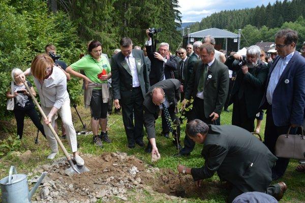 Ministerka pri sadení Stromu roka