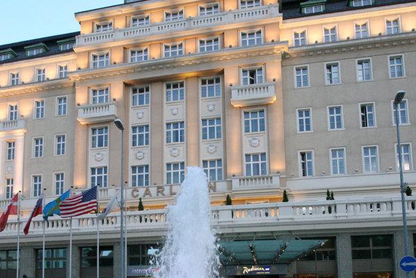 Vjazd k hotelu Carlton pre hostí umožnia z Jesenského a Gorkého ulice.