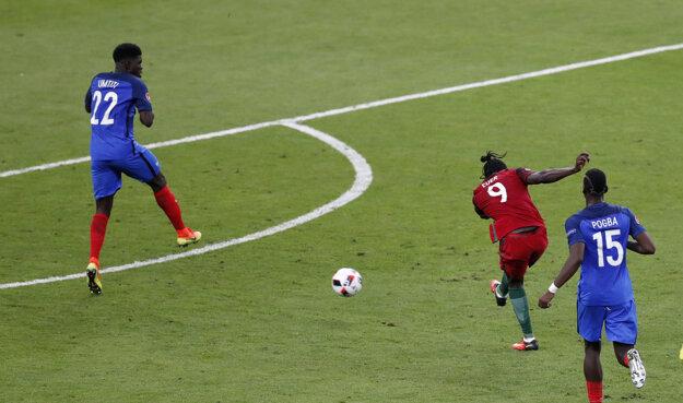 Éder (s číslom 9) strieľa gól v predĺžení. Týmto počinom sa zapíše do histórie.