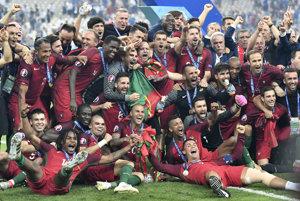 Futbalisti Portugalska pózujú po zisku titulu majstrov Európy.