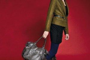 C&ATmavozelené sako s koženým opaskom<br>Čierny top s koženou aplikáciou<br>Sukňa s vysokým pásom<br>Tmavomodré nepriesvitné pančušky<br>Zateplené čižmy <br>Veľká funkčná kabelka<br>