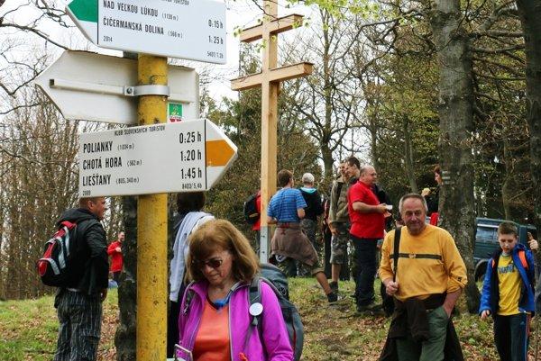Na vrchole Magury je zatiaľ dominantný dvojkríž, turisti však túžia aj po rozhľadni.
